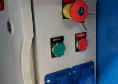 Coffret électrique sur table aspirante autonome MH-ASPIRATIONS avec bouton d'arrêt d'urgence et prise électrique pour branchement de 2 outils électrique pour ajustage, ponçage, ébavurage de pièce aéronautique.