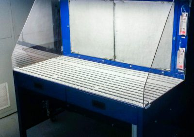 Eclairage néon sur casquette table aspirante 1.5m autonome MH-ASPIRATIONS pour opération ajustage, ponçage, ébavurage de pièces aéronautique en aluminium, composite, inconel. Déflecteur polycarbonate transparent pour plus de luminosité.
