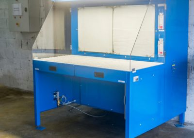 Table aspirante 1.5m MH-Aspirations de couleur bleu pour ponçage de pièce aluminium idéal pour milieu aéronautique.