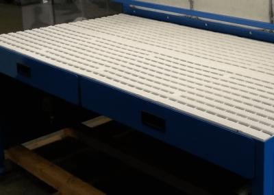 Table aspirante : tiroirs permettant la récupération de particules