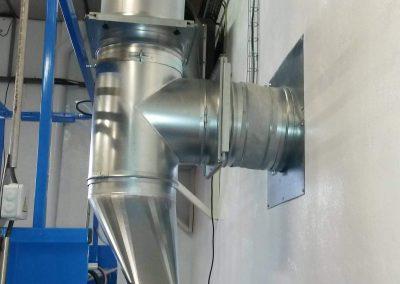 Table aspirante autonome 1.5m MH-ASPIRATIONS pour ajustage, ponçage, ébavurage de pièces aéronautique. Aspiration de poussière d'aluminium, composite, bois. Avec rejet à l'extérieur en gaine galvanisée et volet pneumatique.